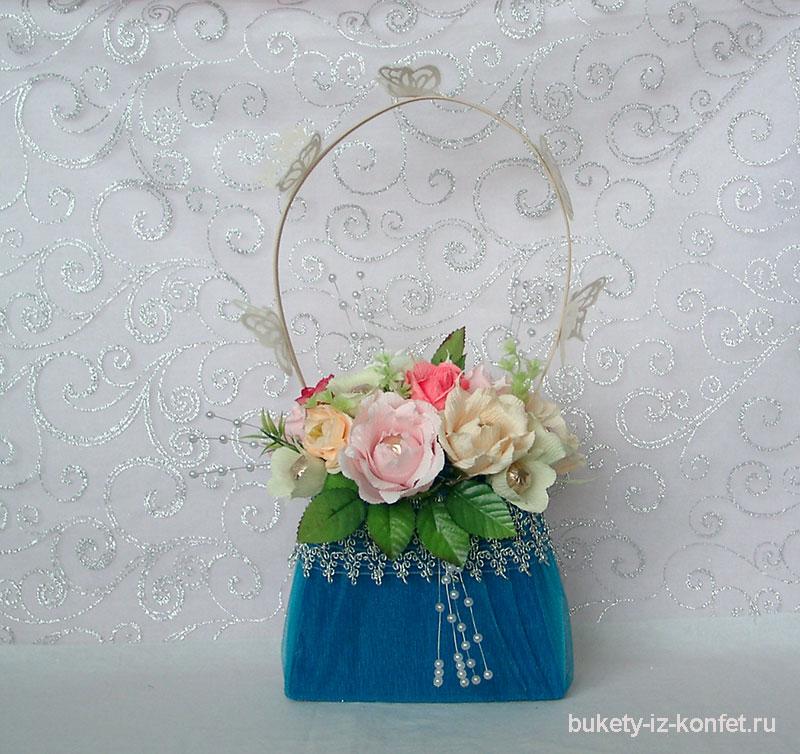 81aa6960c498 Декоративная сумочка с цветами из конфет — Букеты из конфет