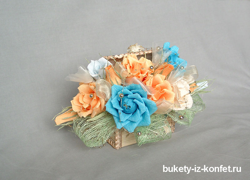 shkatulka-so-cvetami-iz-konfet-07