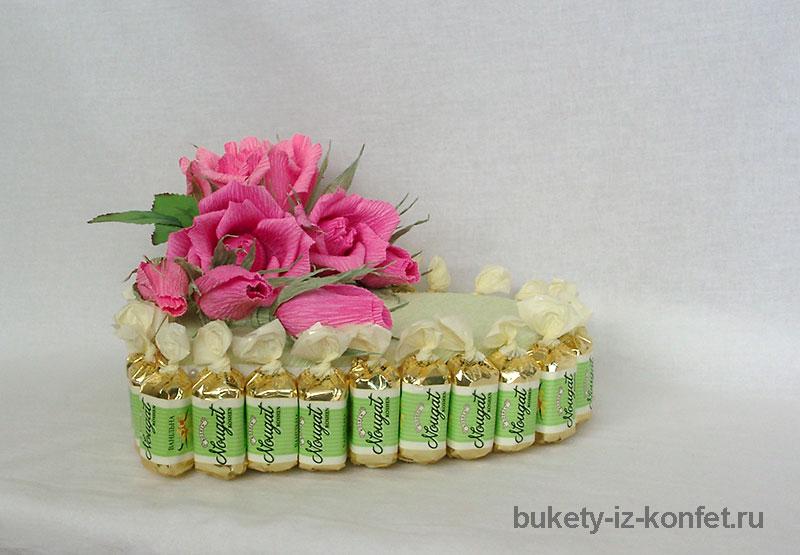 tort-iz-konfet-v-vide-serdtsa-11