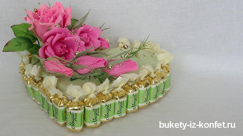 tort-iz-konfet-v-vide-serdtsa-17