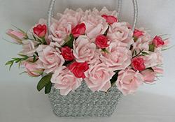 Корзина с розами из конфет фото
