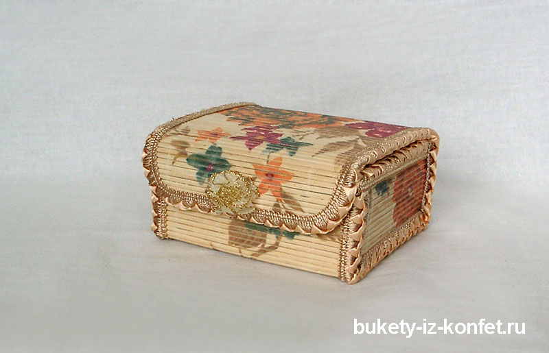 shkatulka-so-cvetami-iz-konfet-02