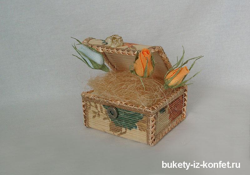 shkatulka-so-cvetami-iz-konfet-04