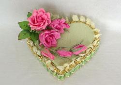 Торт в виде сердца из конфет и цветов