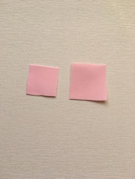 Из зефирного фоамирана вырезаем квадраты
